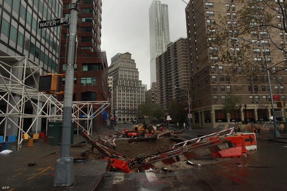 Építkezés maradványa a hurrikán után. Az előkészületek ellenére az erős szél több tárgyat is felkapott, sok helyen törmelék szállt szanaszéjjel.