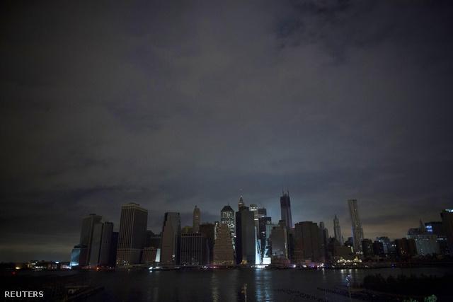 """New York polgármestere, Michael Bloomberg helyi idő szerint kedd este a manhattani városházán mondott beszédében úgy fogalmazott, hogy New York szerdán már ismét működni fog. """"Legalábbis ott, ahol van áramszolgáltatás"""" - tette hozzá."""