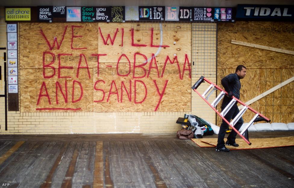 """Markáns véleményt hagy hátra egy delawarei bolt tulajdonosa bedeszkázott üzletén: """"Legyőzzük Obamát és Sandy-t is"""""""