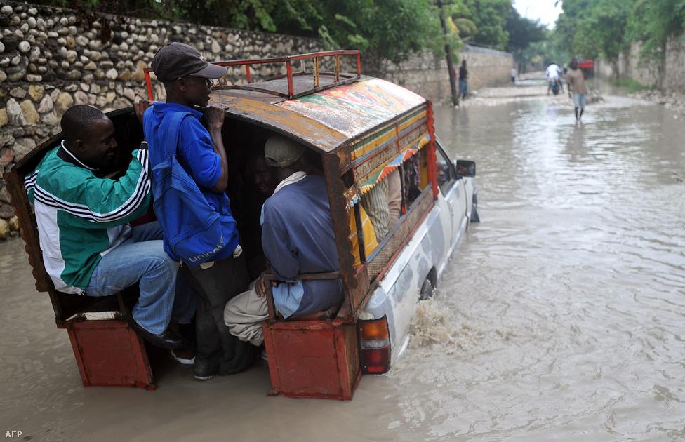 Tengelyig érő vízben menekítik Port-au-Prince lakosait Haitin. Sandy kettes erejű hurrikánként múlt héten érte el a karibi térséget, Haitibe 160 kilométeres óránkénti sebességgel érkezett. Jamaikában, Kubában és Haitin összesen 69 halálos áldozata volt a viharnak.