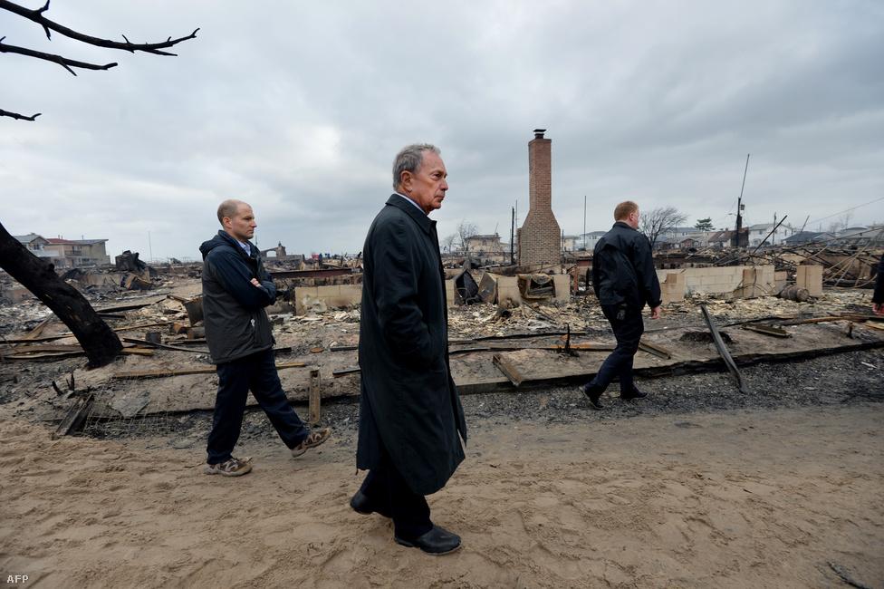 Michael Bloomberg, New York polgármestere szemléli a pusztítást Queensben, miután a vihar közben keletkező tűz közel 50 házat a földel tett egyenlővé.