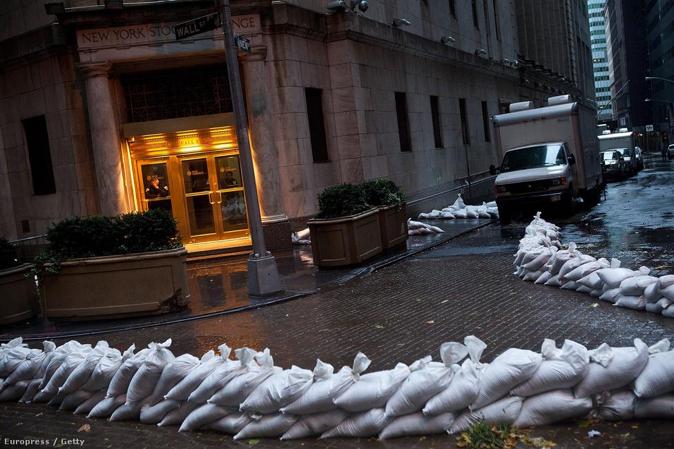 A New York-i tőzsde homokzsákokkal körülbástyázott bejárata. A kereskedés hétfőn és kedden is szünetelt a Wall Streeten, de szerdára újra megnyitottak.