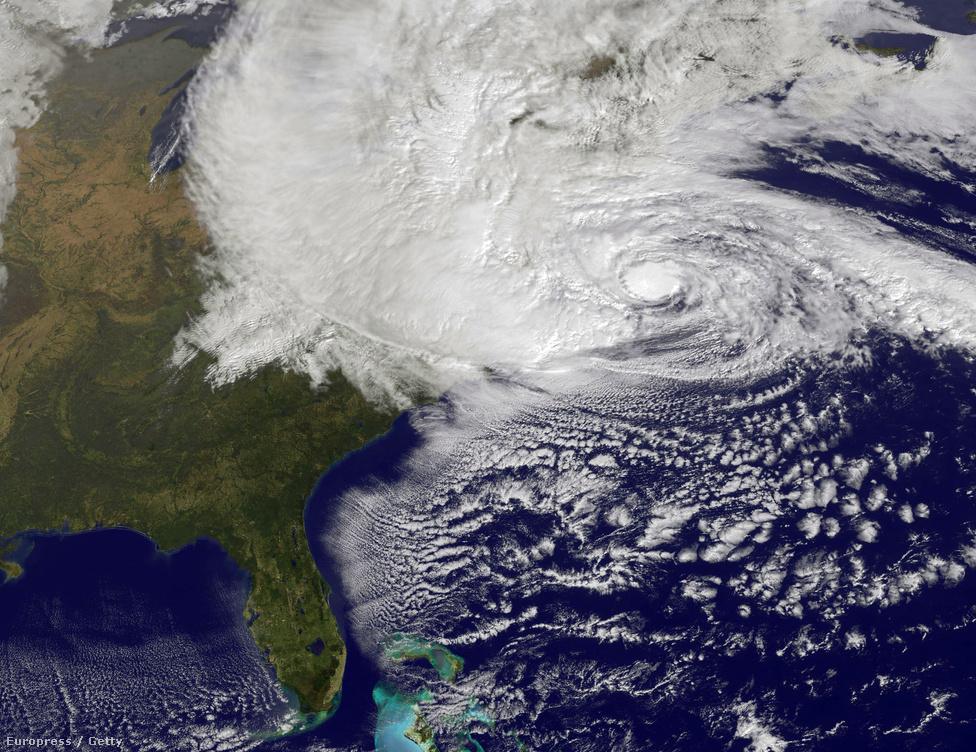 A NASA műholdképén jól látszik, ahogy Florida kivételével Észak-Amerika egész keleti partját elfedi a vihar felhője.