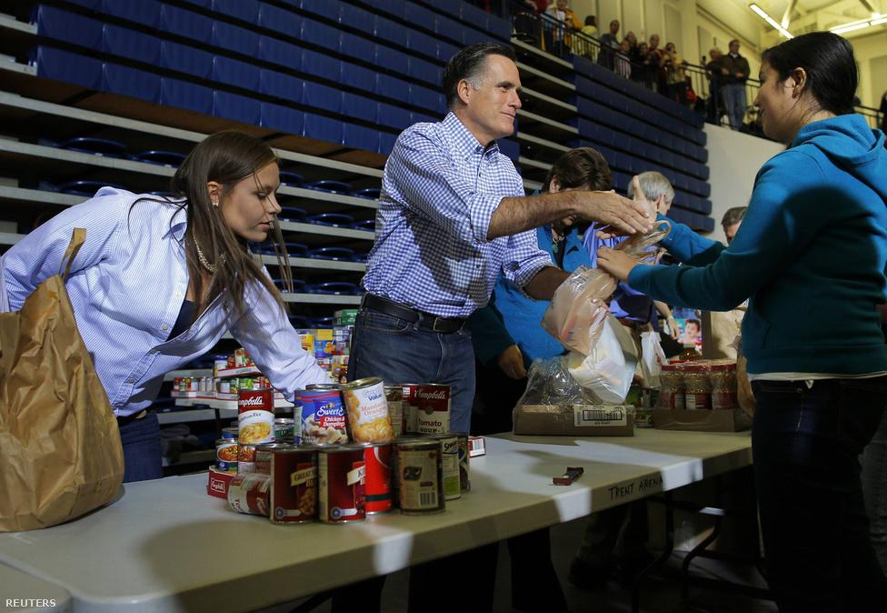 Mitt Romney republikánus elnökjelölt adományokat gyűjt a vihar károsultjainak Kettering, Ohioban. Az állam fontos csatatere lesz a jövőhéten esedékes elnökválasztásoknak, ezért Romneyt sokan burkolt kampányolással vádolják.