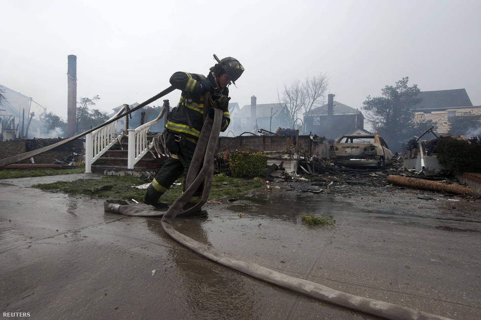 Rockaways, New York. A tűzoltók egész éjszaka készenlétben voltak, törmeléket kellett takarítani, csapdába esett embereket menteni, vagy tüzet oltani.