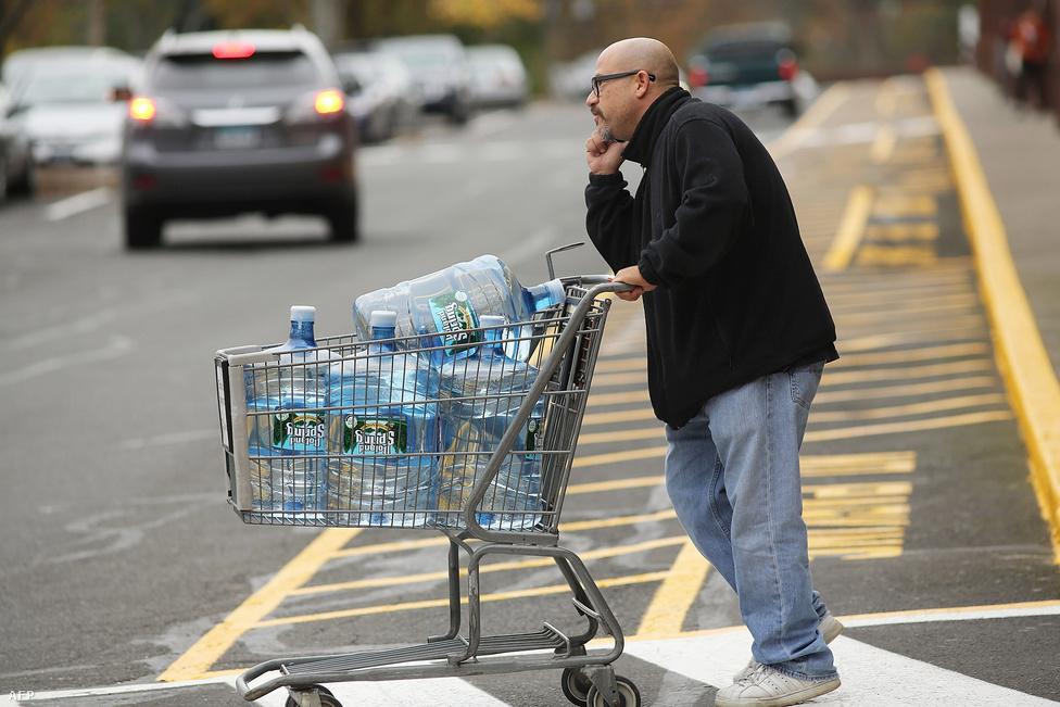 Az élelmiszerboltokat már a hétvégén lerohanták az élelmesebbek. A palackozott víz és a konzervek fogytak a legjobban.