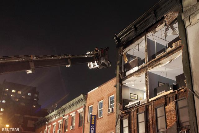 Leomlott homlokzatú háznál dolgoznak tűzoltók Manhattanben