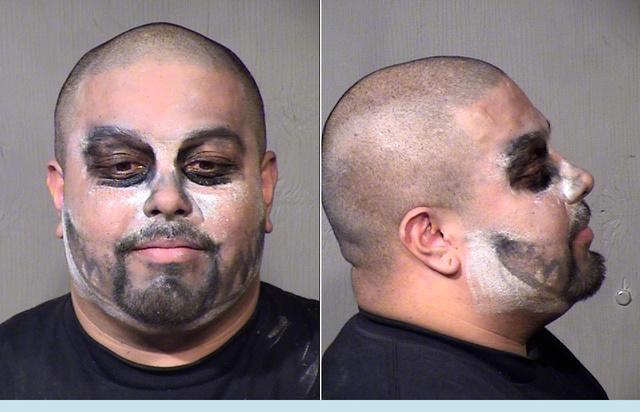 A 30 éves, talán pandának vagy mosómedvének öltözött férfit garázdaság és rongálás miatt tartóztatták le