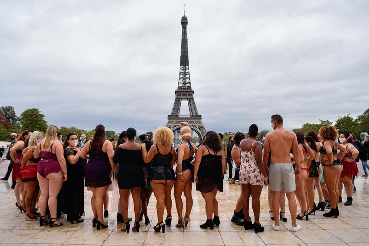 Ha jól megnézi ezt a hátulról készített csoportképet, láthatja, hogy nemcsak nők, férfiak is részt vettek a bemutatón