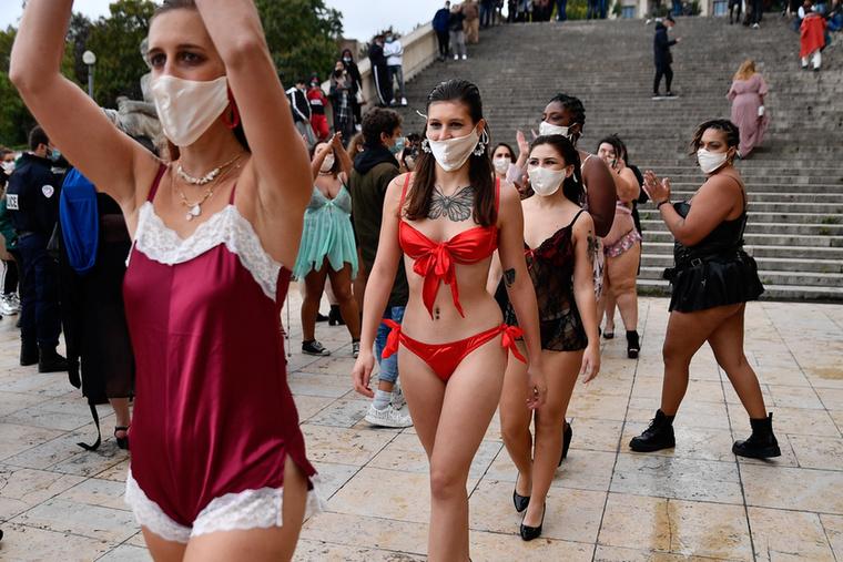 Talán le sem kell írnunk: ezen az eseményen is az egyik legfontosabb kiegészítő a maszk volt
