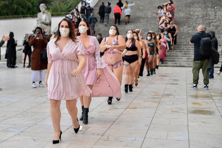Sajnos, a divattervezők nevét nem tudjuk, de feltehetően ezen az eseményen nem is a divaton volt a hangsúly, hanem azon, hogy megmutassák, milyen sokféle testalkatú nő létezik, és mindegyikük mennyire szép