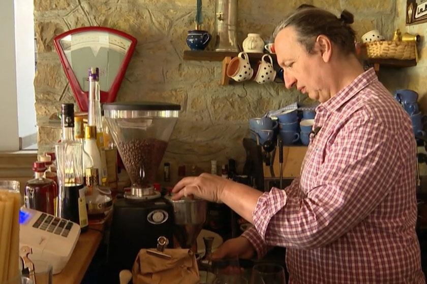 Csernus Imre Csendülő nevű kávézójának pultja mögött 2020 szeptemberében.