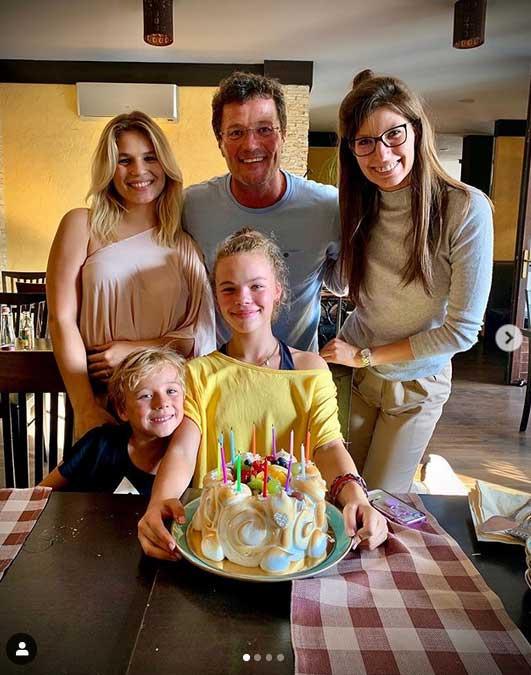 Stohl András két felnőtt lányával, Rebekával és Lucával, illetve a két kisebbikkel, Andriskával és Franciskával.