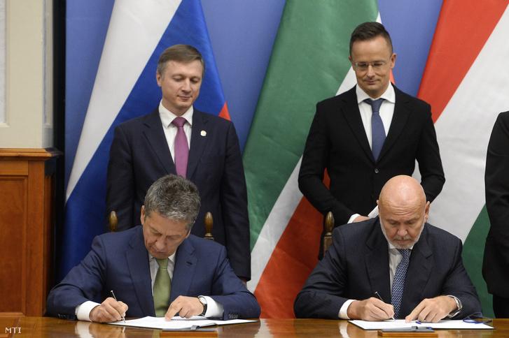 Világi Oszkár, a Mol csoportszintű innovatív üzletágak és szolgáltatások ügyvezető igazgatója (jobbra) és Nail Maganov, a Tatneft Zrt. vezérigazgatója (balra) együttműködési megállapodást ír alá Szijjártó Péter külgazdasági és külügyminiszter (hátul, jobbra) és Albert Karimov, az oroszországi Tatár Köztársaság miniszterelnök-helyettese (hátul, balra) jelenlétében Budapesten a Külgazdasági és Külügyminisztériumban 2020. szeptember 28 -án