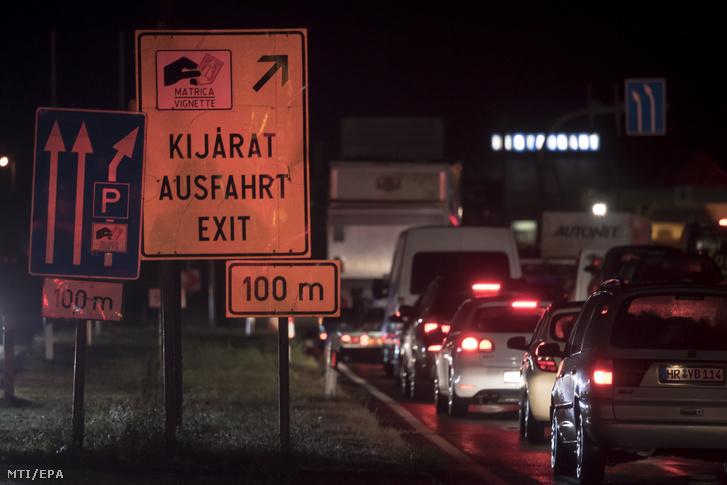 Feltorlódott kocsisor az osztrák-magyar határon, Nickelsdorf közelében 2020. szeptember 1-jén hajnalban. A koronavírus-járvány miatt hozott szigorítások értelmében aznaptól külföldi állampolgárok nem léphetnek Magyarország területére.