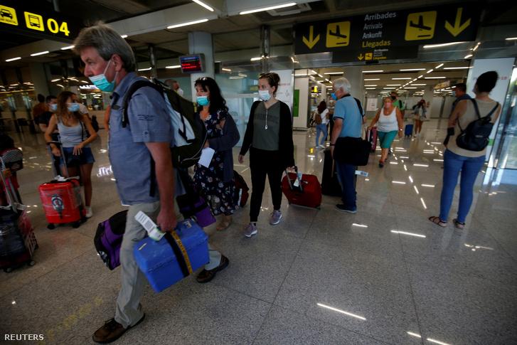 Érkező utasok Palma de Mallorcán 2020. augusztus 15-én