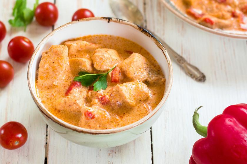 Az egyik legnagyobb kedvenc az ízletes csirkepaprikás. Minden benne van, ami a magyar konyhára jellemző. A sok hagymától igazán sűrű a szaftja, így bőven lesz mit tunkolni. Sok tejföllel az igazi.
