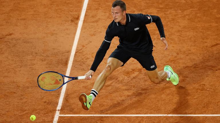 Óriási bravúr, Fucsovics legyőzte Medvegyevet a Roland Garroson