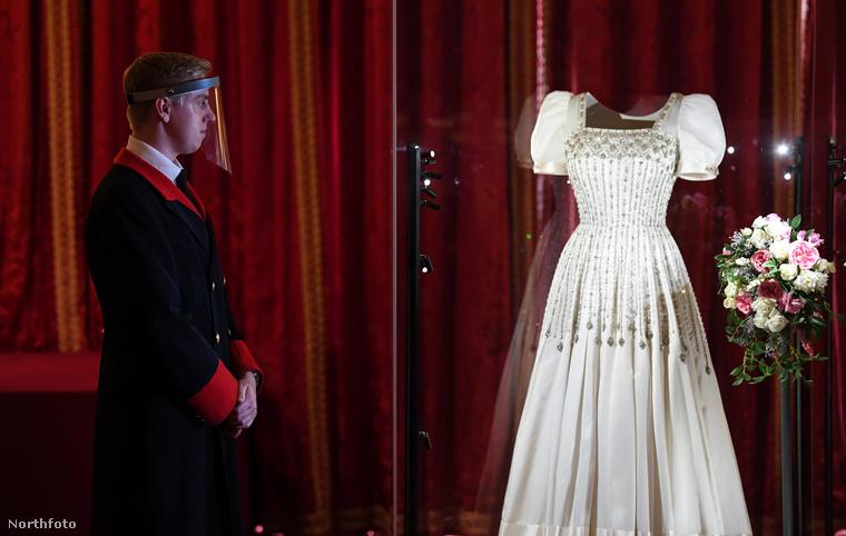 A ruha a Windsor kastélyban csodálható meg szeptember 24-e óta, a szokásos téli kiállítás részeként