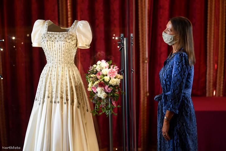 A Sir Norman Hartnell által tervezett ruhakölteménnyel kapcsolatban természetesen nem akarják elhallgatni, hogy idén Beatrix hercegnő is ezt viselte