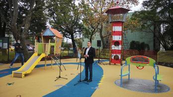 Mozgáskorlátozott gyermekek által is használható játszóteret avattak Csepelen