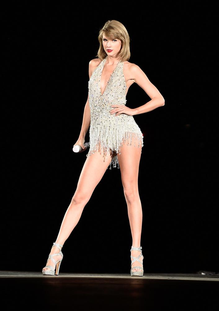 Taylor Swift hosszú lábait gyakran érte már dicséret, szereti is mutogatni őket