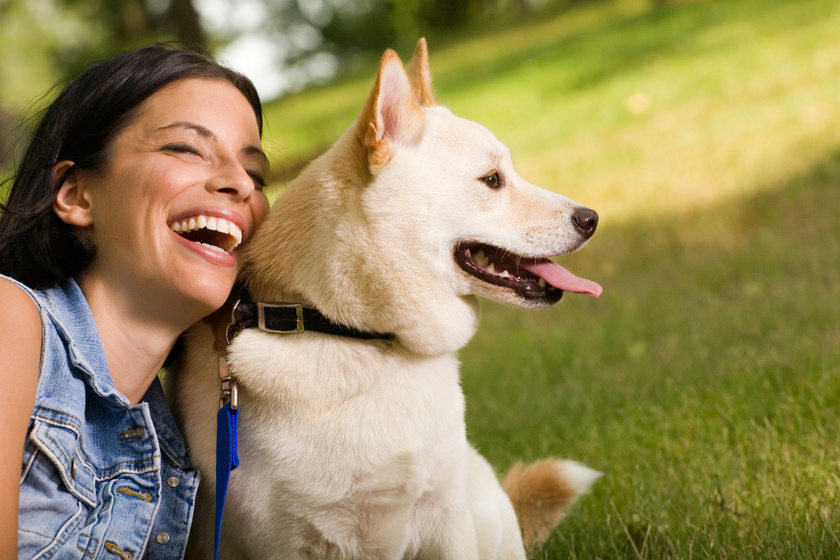 Állandóan elrontja a családi fotókat a kutya: eszméletlen aranyos, ahogy trollkodik