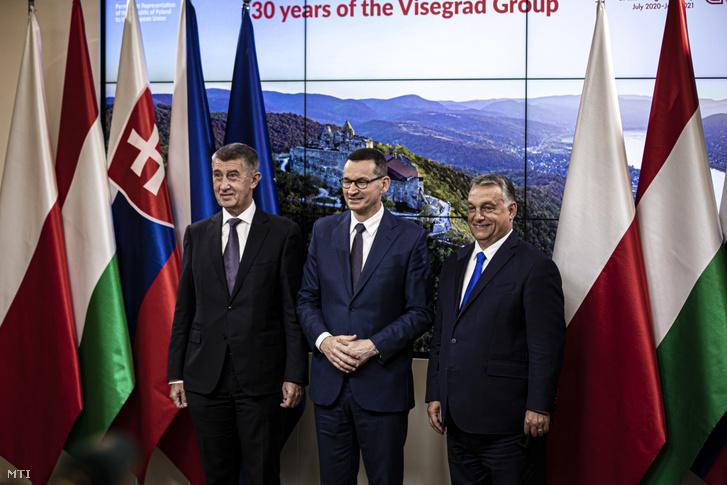 Orbán Viktor magyar, Mateusz Morawiecki lengyel és Andrej Babis cseh miniszterelnök (j-b) az Európai Bizottság elnökével, Ursula von der Leyennel folytatott találkozójukat követően tartott sajtótájékoztatón Brüsszelben 2020. szeptember 24-én