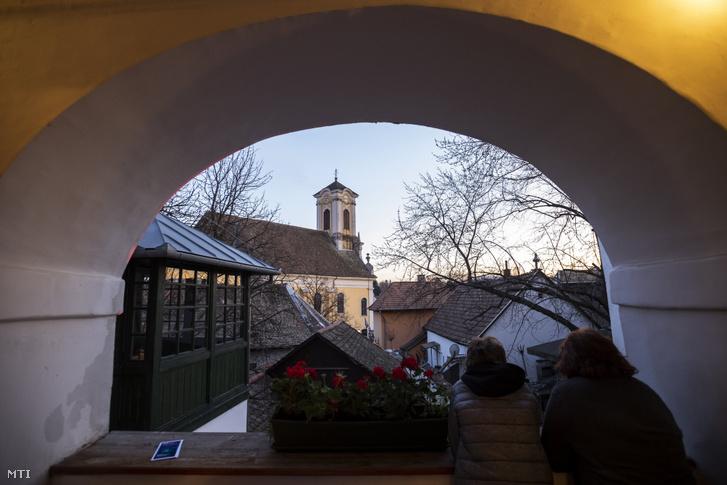 Érdeklődők a Szentendrei Régi és Új Művésztelep MűHelyek című képzőművészeti kiállítás és az ÚjMűhely Galéria megnyitóján a szentendrei Fő téren 2019. március 21-én