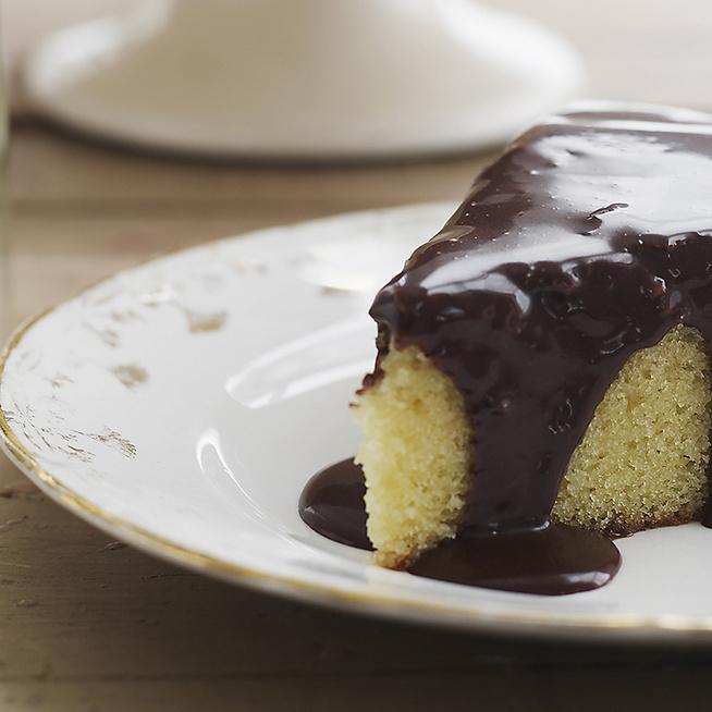 Pillekönnyű piskóta csokimázzal borítva – Gyerekkorunk kedvence tortaként születik újjá