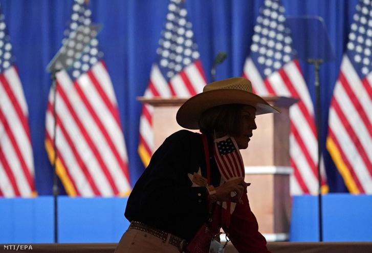 Résztvevő érkezik az amerikai Republikánus Párt elnökjelölt-állító konvenciójára 2020. augusztus 24-én a négynapos esemény kezdőnapján
