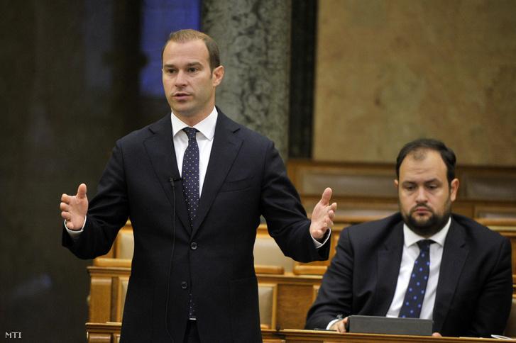Hollik István a KDNP-s képviselő felszólal a Magyarország 2021. évi központi költségvetéséről szóló javaslat általános vitájában az Országgyűlés plenáris ülésén 2020. június 12-én. Mögötte frakciótársa, Nacsa Lőrinc.