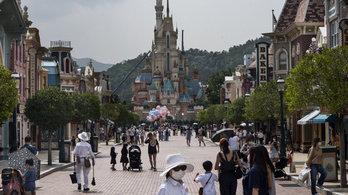 Közel harmincezer vidámparki dolgozójától válik meg a Disney