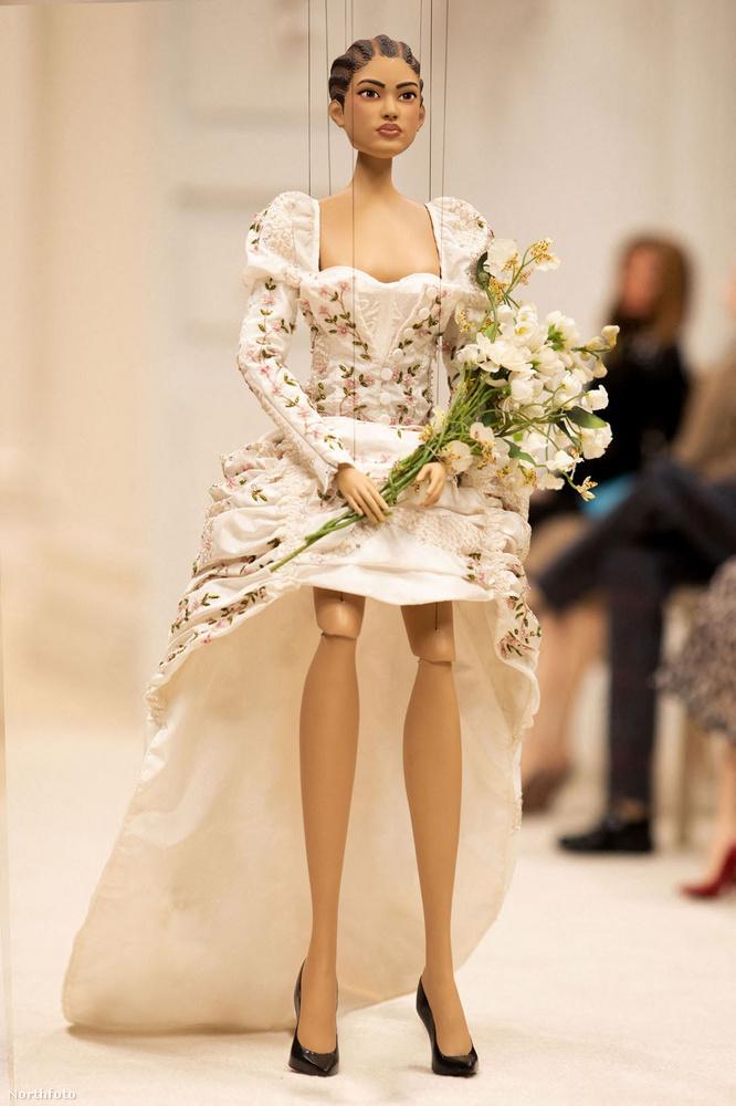 De térjünk vissza a Moschinóhoz! Esküvői ruha is van a kollekcióban - aki a menyasszonyi divat legmerészebb és legérdekesebb fejleményeiről szeretne tájékozódni, annak ezt a lapozgatót is ajánljuk a Randiblogból!