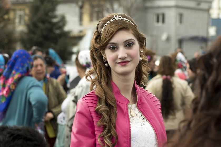 A bulgáriai menyasszonypiac, ahol pénzért árusítják ki a lányokat: a férfiak alkudoznak a megfelelő arára
