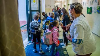 Csütörtöktől kötelező a lázmérés az iskolákban, beszerzés alatt a hőkapuk