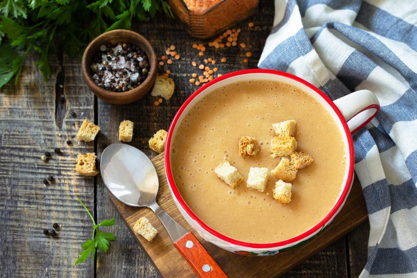 Fűszeres vöröslencse-krémleves ropogós kenyérkockákkal: hűvös őszi estékre