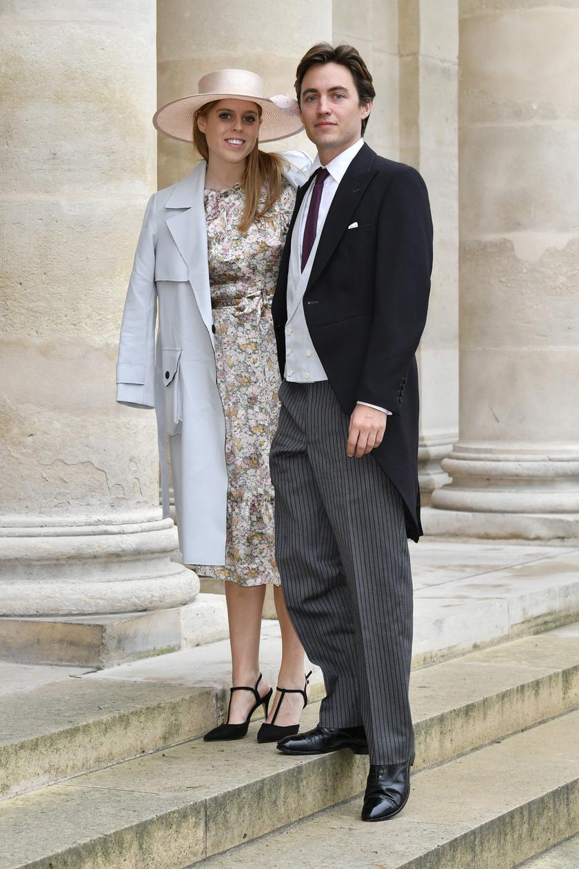 Beatricét gyakran Edoardo Mapelli Mozzi oldalán kapják lencsevégre a fotósok. A virágos ruha romantikus benyomást kelt, a babakék szövetkabát pedig remekül illik hozzá. Nagyon csinos ebben az összeállításban.