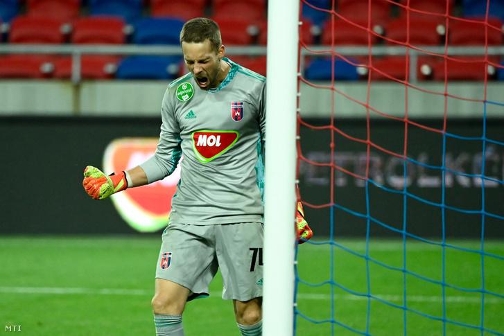 Kovácsik Ádám, a győztes Fehérvár FC kapusa örül a labdarúgó Európa-liga selejtezőjének 3. fordulójában játszott MOL Fehérvár FC - Reims mérkőzésen