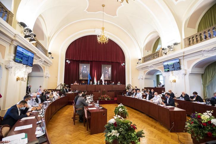 A Fővárosi Közgyűlés ülése középen Karácsony Gergely főpolgármester a Városházán 2020. szeptember 30-án.