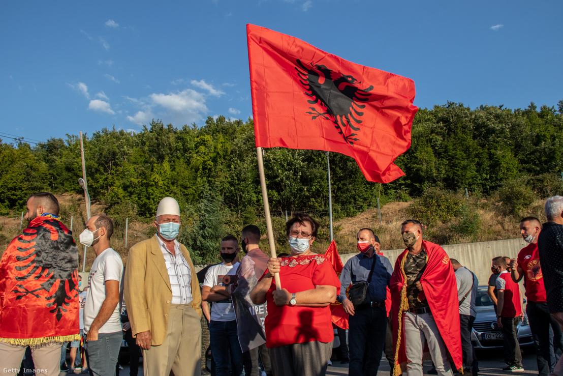 Hashim Taci koszovói elnök támogatói várják, hogy üdvözölhessék, amiker megérkezik Albánia és Koszovó közötti határátkelőhelyre Vermice faluban 2020. július 17-én