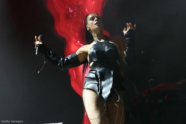 Ez és a következő kép 2018-as, ekkorra már megjelent Sevdaliza első, ISON című albuma, rajta a számmal, ami egyelőre az énekesnő legnagyobb slágerének számít, a címe Human, és a videóklip egy sztriptízt mutat be, de milyen sztriptízt...! Nézzük csak!