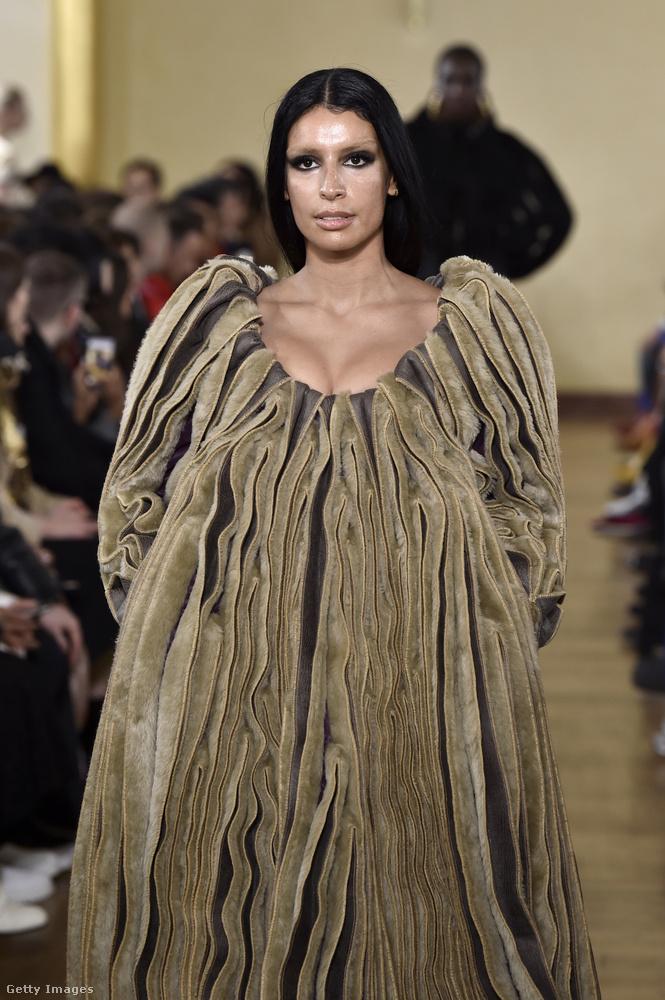 Ez a kép 2019-ben készült, amikor Sebdaliza modellkedett a Y Project nevű márkának a párizsi divathéten