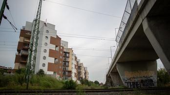 Alaposan újjá kellene építeni a Drégelyvár utcai felüljárót
