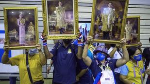 Tabut döntöttek Thaiföldön: beszóltak a királynak