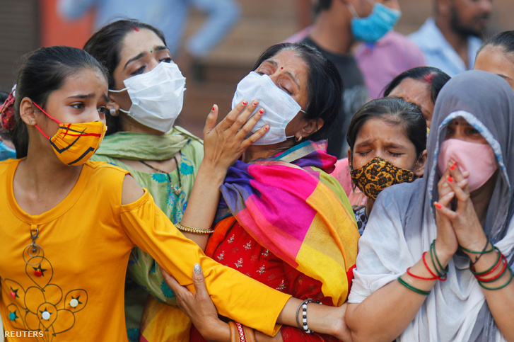 Koronavírusban elhunytat gyászolnak egy temetésen Új-Delhiben 2020. szeptember 28-án
