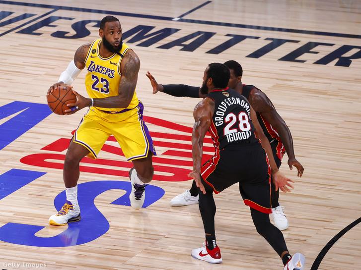 LeBron James (balra) a Miami Heat játékosai ellen