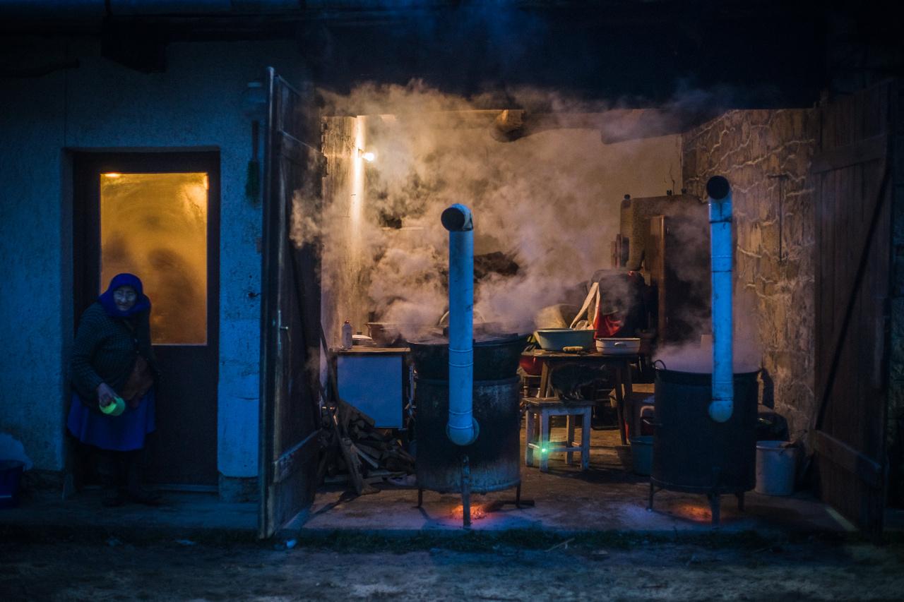 Hajnali sürgés-forgás a disznóvágáson, amit még mindig családi kalákában végeznek a helyiek.