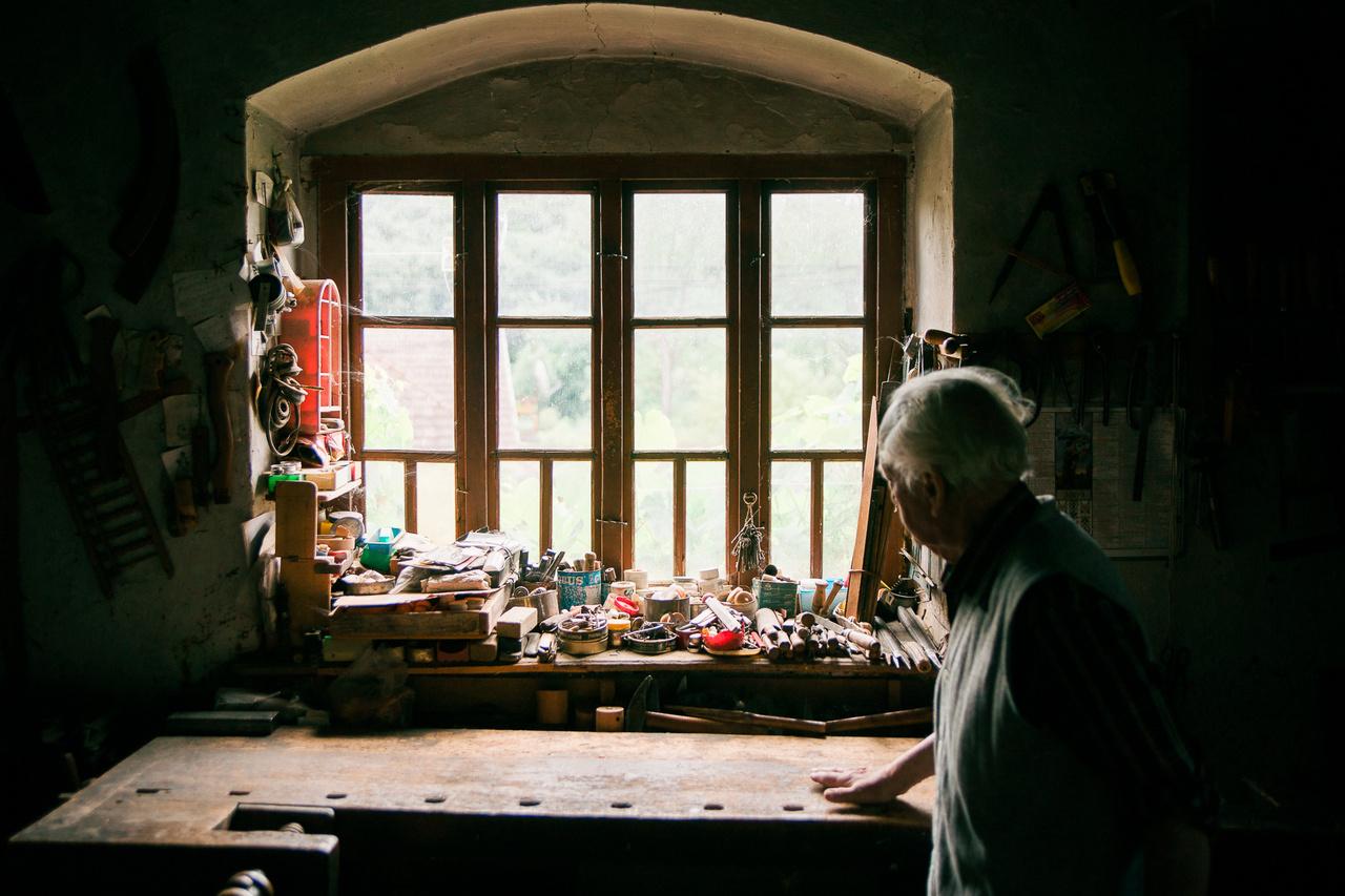 Kálmán bácsi Kétbodonyból a saját bognárműhelyében pár héttel a halála előtt.
