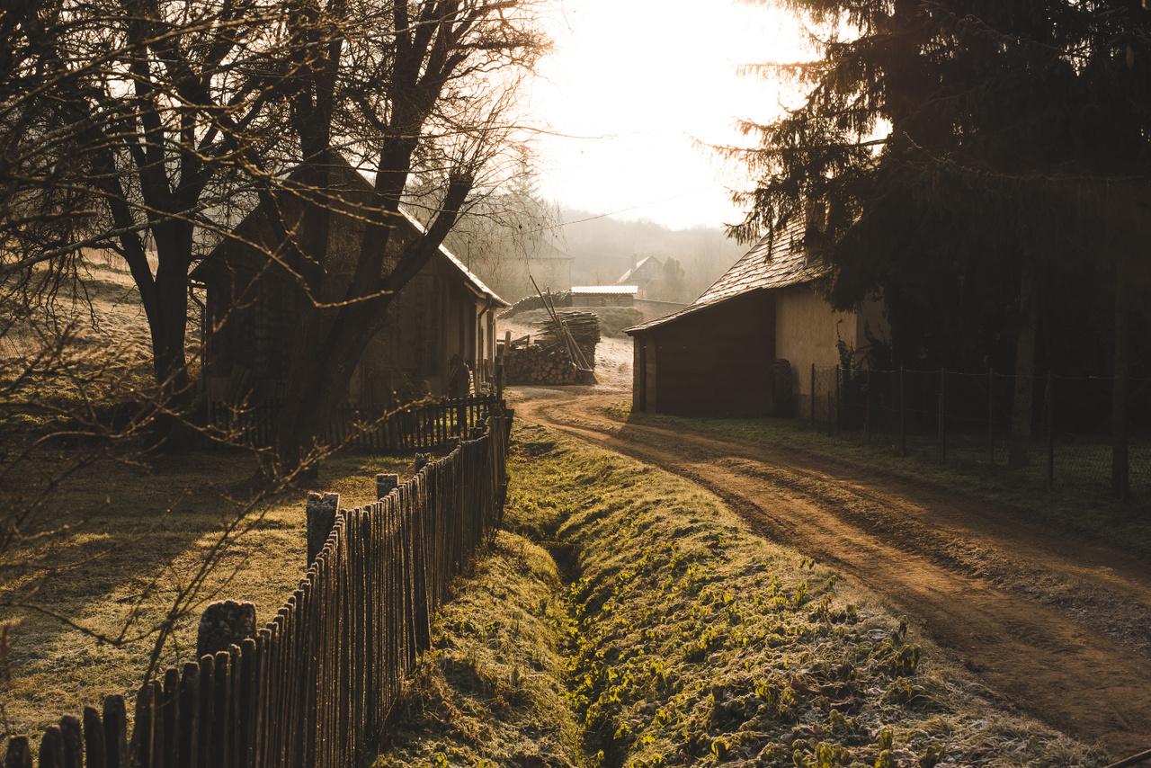 Tipikus nógrádi utcakép girbegurba kerítéssel. Kisecseten járunk, ahol az identitás palóc.